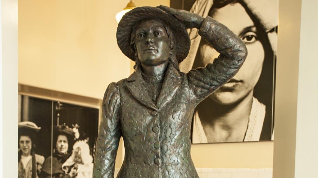 имя женщины, которая была официально первым иммигрантом, прошедшим иммиграционный контроль на острове Эллис